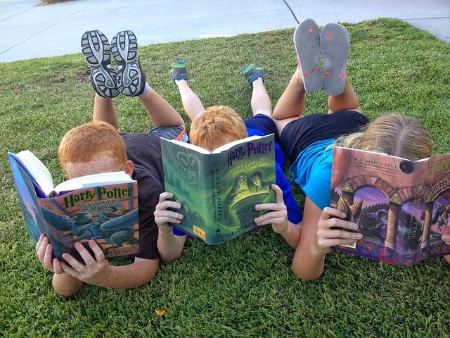 dzieci czytają Harry'ego Pottera