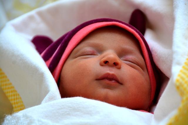 śpiące niemowlę w czapeczce