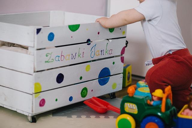 dziecko i skrzynka na zabawki