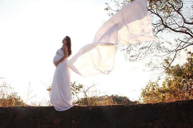 modnie-w-ciąży-zwiewna-sukienka