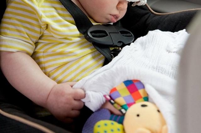 Akcesoria do fotelika samochodowego. Co warto mieć ze sobą w podróży z dzieckiem?