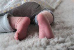 pielegnacja-noworodka-w-pierwszych-dniach-zycia-co-trzeba-miec-w-domu
