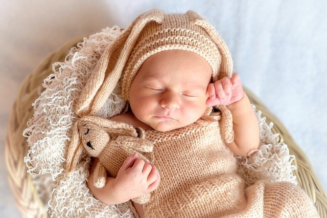 jak-dlugo-powinien-trwac-zimowy-spacer-z-niemowlakiem-jak-ubrac-niemowle-zima-na-spacer