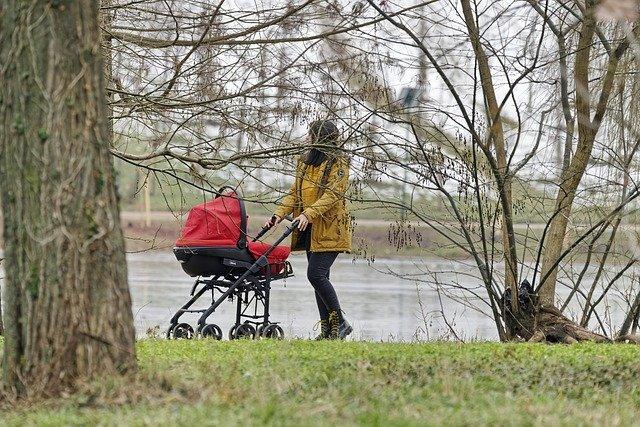 spacer-w-chuscie-czy-w-wozku-jak-ubrac-niemowle-zima-na-spacer